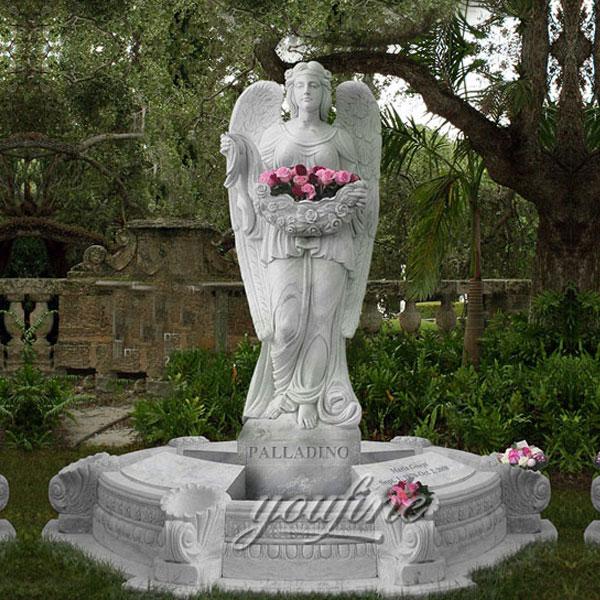 Ангел молится из гранита на могилу