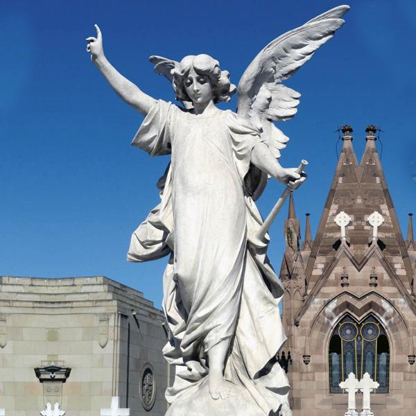 Уличная-статуя-ангела-хранителя-из-мрамора-в-искусстве-