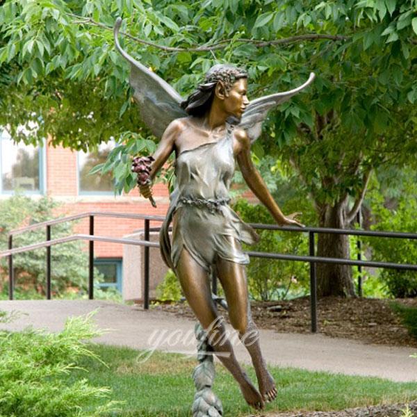 Статуя ангела из бронзы в интерьере