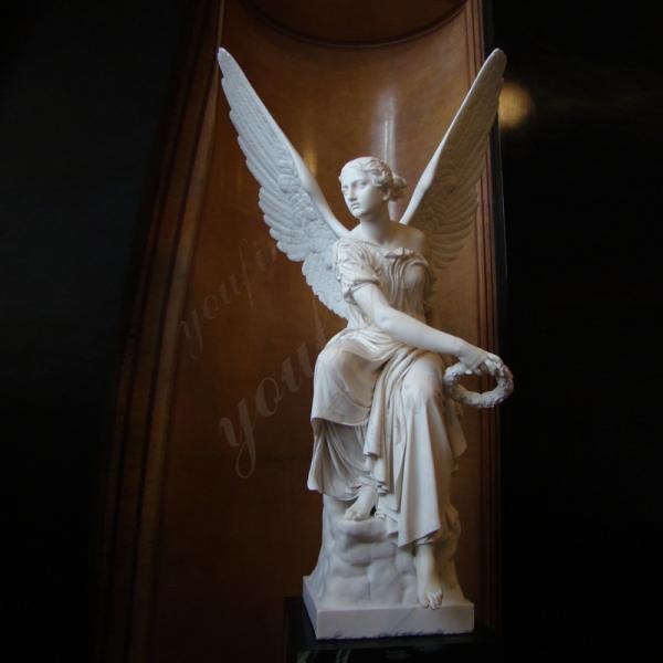 статуя победы белого мрамора, сидя на скале, расправив крылья, вправо смотрела, как ее правая рука распростерлась на все тело, с Дубовым листом и коронкой, в костюме.очень красиво, показать победный жест